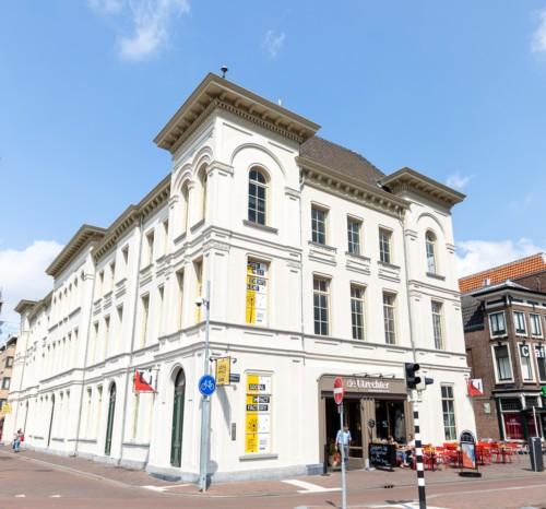 Missie van de Social Impact Factory - Vooraanzicht Vredenburg 40 met terras de Utrechter