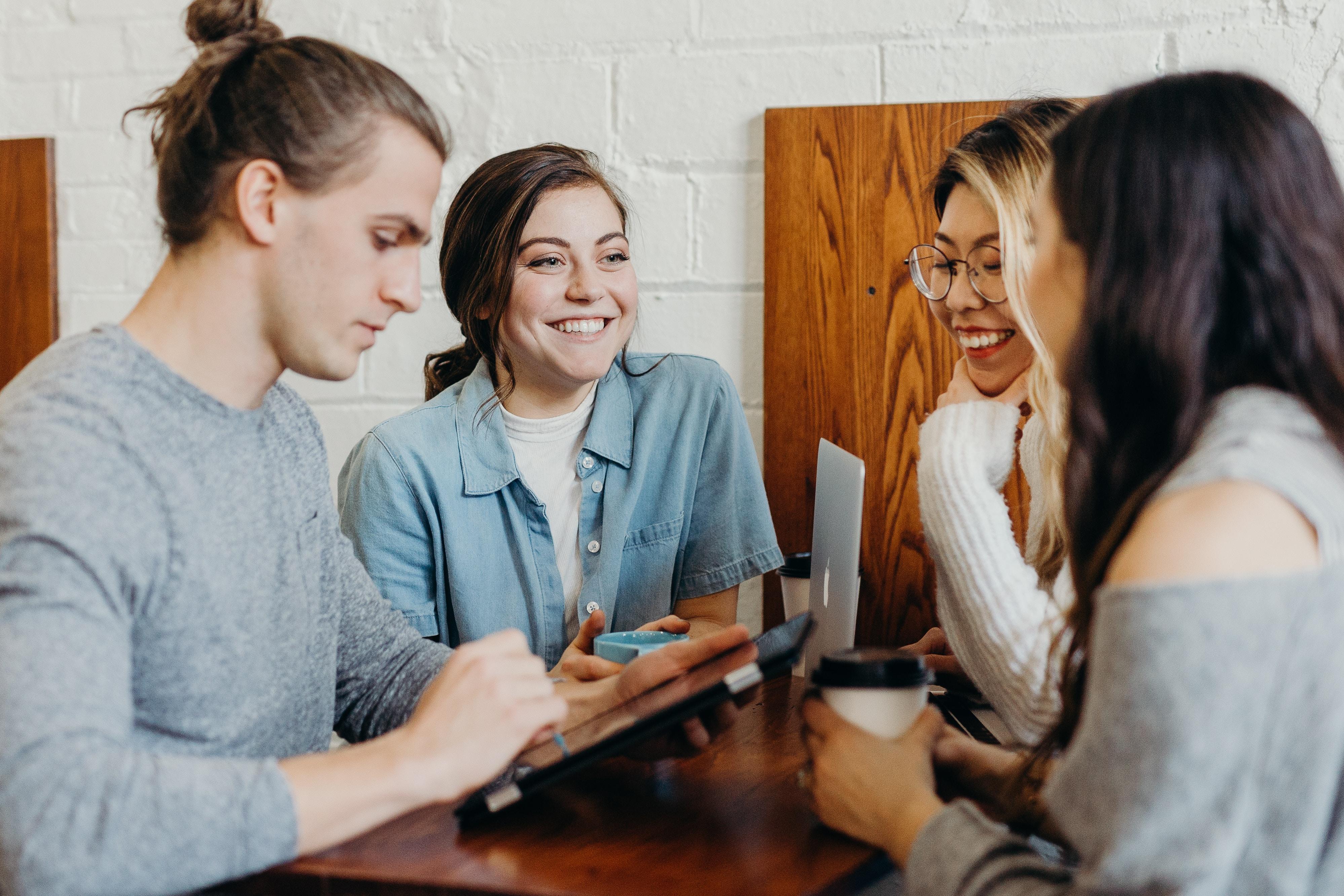 Vier mensen aan een tafel